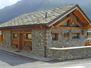Villa in stile rurale a La Thuile (AO): Case in stile  di Eddy Cretaz Architetttura