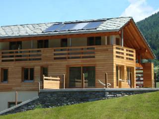 Villa in legno a La Thuile (AO): Case in stile  di Eddy Cretaz Architetttura