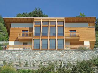 Villa in legno ad Aosta (AO): Finestre in stile  di Eddy Cretaz Architetttura