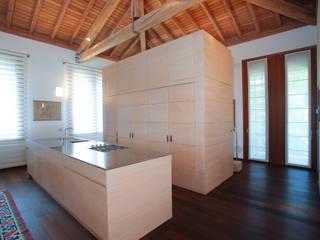 il grande volume e il banco cucina Cucina moderna di isabella maruti architetto Moderno