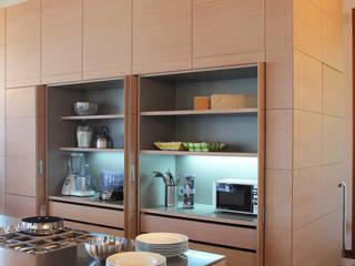 la dispensa con piano di lavoro illuminato: Cucina in stile  di isabella maruti architetto