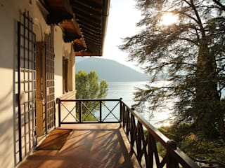Balkon, Beranda & Teras Klasik Oleh isabella maruti architetto Klasik