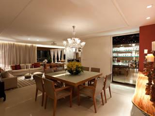Apartamento CJ: Salas de jantar  por Gláucia Britto