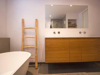 Modern style bathrooms by Marike Modern