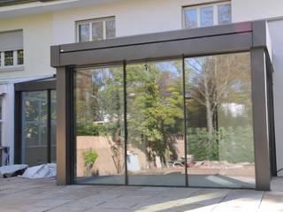 Anbau Glashaus ab exklusives Doppelhaus: minimalistischer Wintergarten von Metallbau Beilmann GmbH