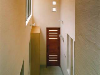 細長い敷地を逆手に生かした家 地中海スタイル 壁&床 の 豊田空間デザイン室 一級建築士事務所 地中海