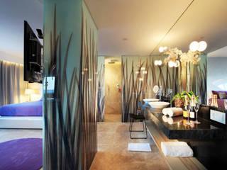 Suite en el Hotel Usuahia Tower de Ibiza: Paisajismo de interiores de estilo  de Replicalia