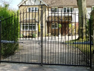 Metal Electric Gates with above ground motors Classic style garden by Portcullis Electric Gates Classic