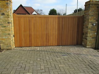Wooden boarded sliding metal framed gate Minimalist style garden by Portcullis Electric Gates Minimalist