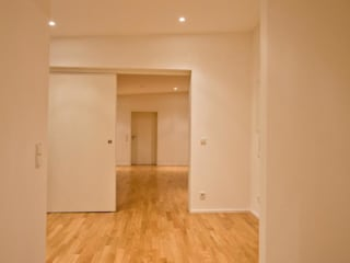 現代風玄關、走廊與階梯 根據 BPLUSARCHITEKTUR 現代風
