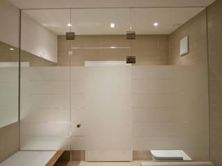 Banheiros  por BPLUSARCHITEKTUR , Moderno