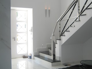 entrada desde abajo Pasillos, vestíbulos y escaleras de estilo mediterráneo de UAArquitectos Mediterráneo
