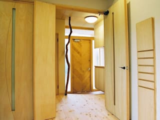 Ingresso & Corridoio in stile  di 小栗建築設計室, Eclettico