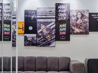 ART WORK COMPOSITION: Salas de estar  por STUDIO ANDRE LENZA