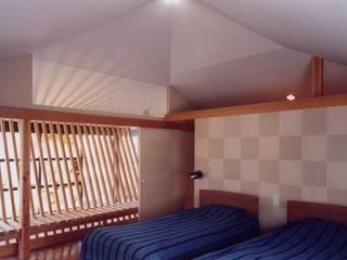 有限会社加々美明建築設計室 Cuartos de estilo ecléctico Papel Beige