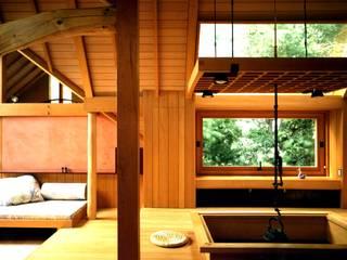 有限会社加々美明建築設計室 Salas de jantar ecléticas Madeira Acabamento em madeira
