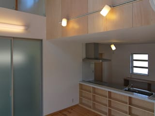 Moderne woonkamers van 原 空間工作所 HARA Urban Space Factory Modern