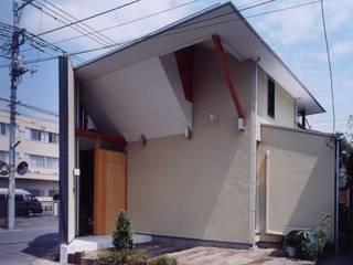 有限会社加々美明建築設計室 Casas ecléticas Calcário Branco