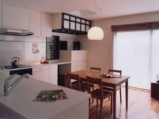 有限会社加々美明建築設計室 Salas de jantar ecléticas Juta Branco