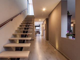 Cambio De Plano Ingresso, Corridoio & Scale in stile moderno