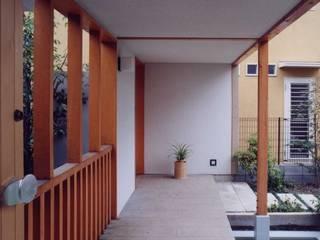 有限会社加々美明建築設計室 Rumah Gaya Eklektik Kayu White