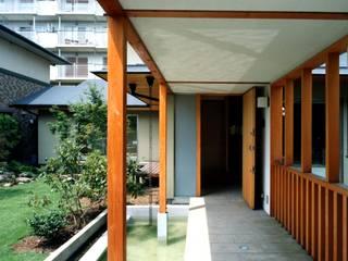 有限会社加々美明建築設計室 Casas ecléticas Madeira Branco