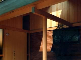 有限会社加々美明建築設計室 Casas ecléticas Madeira Acabamento em madeira