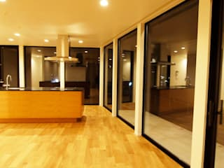 千鳥のお家 - 徳永邸-: 宮城雅子建築設計事務所 miyagi masako architect design office , kodomocafe が手掛けたリビングです。,ミニマル