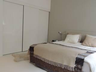 Een mooie serene slaapkamer. een witte DesignGietvloer geeft rust. Door de combinatie met warme materialen is de ruimte in balans. : moderne Slaapkamer door Design Gietvloer