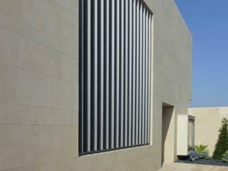 Lamas de protección solar: Casas de estilo  de Glaria Estudio Arquitectura SL
