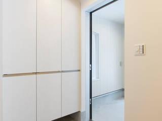 川崎の家 モダンスタイルの 玄関&廊下&階段 の 秦野浩司建築設計事務所 モダン