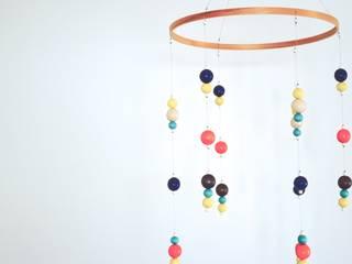 Mobile en bois, turquoise, marine, orange et jaune:  de style  par Orange & Coco