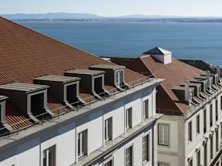 PAÇO DO DUQUE BUILDINGS LISBON: Casas  por OPERA I DESIGN MATTERS