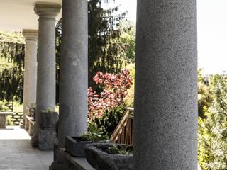 Colonne in pietra, colonne in marmo, colonne in granito: dettagli che diventano protagonisti Ramella Alessandro snc Balcone, Veranda & Terrazza in stile classico
