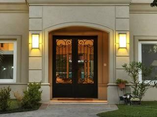 Puerta de entrada de hierro forjado Linea Clasica Casas clásicas de Del Hierro Design Clásico Hierro/Acero