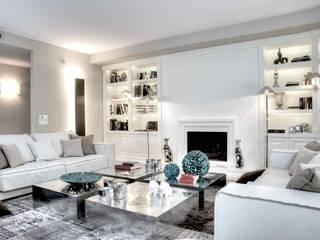 Salotto con camino e librerie: Soggiorno in stile in stile Moderno di Ernesto Fusco