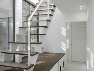 クアドリハウス: ツジデザイン一級建築士事務所が手掛けた廊下 & 玄関です。