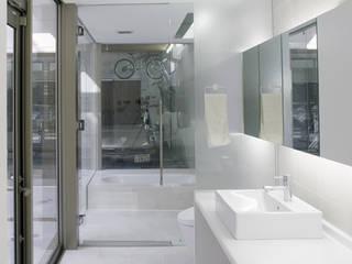 クアドリハウス: ツジデザイン一級建築士事務所が手掛けた浴室です。