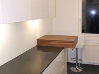 black and white: moderne Küche von bergnerdesign