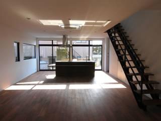 夕陽と列車が見える、香椎の二世帯住宅.: 宮城雅子建築設計事務所 miyagi masako architect design office , kodomocafe が手掛けたリビングです。,モダン