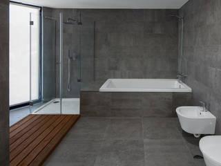 a: Casas de banho modernas por PEDROHENRIQUE|ARQUITETO