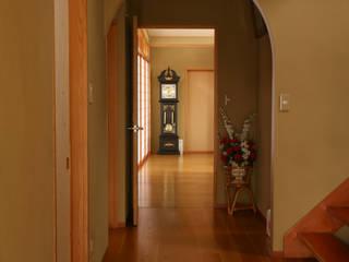 漆喰壁のある家 モダンスタイルの 玄関&廊下&階段 の 吉田設計+アトリエアジュール モダン