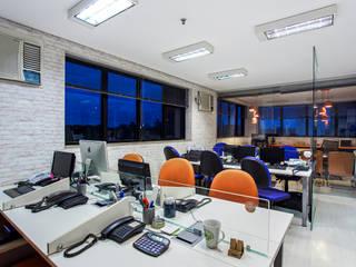 Reforma e modernização de escritório comercial Amanda Pinheiro Design de interiores Edifícios comerciais modernos Azul