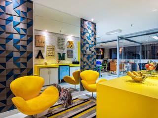 Reforma e modernização de escritório comercial: Espaços comerciais  por Amanda Pinheiro Design de interiores