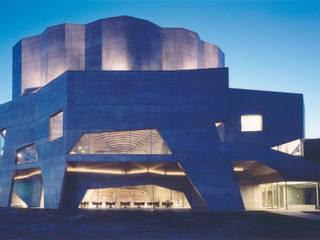 大船渡市民文化会館・市立図書館/リアスホール: 新居千秋都市建築設計が手掛けたテラス・ベランダです。,モダン