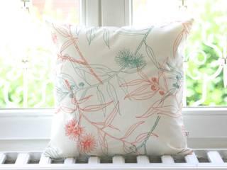 Kissenbezug - Flowering Gum: skandinavische Wohnzimmer von Koala Designs