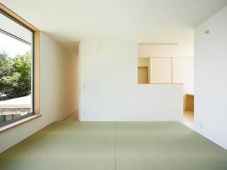 市原忍建築設計事務所 / Shinobu Ichihara Architects Salones de estilo escandinavo Fibra natural Blanco