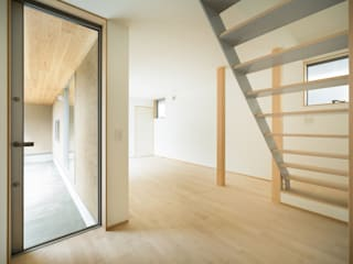 Couloir et hall d'entrée de style  par 市原忍建築設計事務所 / Shinobu Ichihara Architects, Scandinave Métal