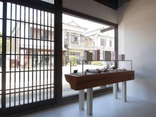 土蔵つくりの町並みへのアプローチ.: 宮城雅子建築設計事務所 miyagi masako architect design office , kodomocafe が手掛けたオフィススペース&店です。