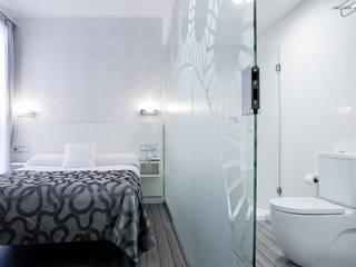 HOTEL LABOUTIQUE: Dormitorios de estilo  de studio8arquitectura